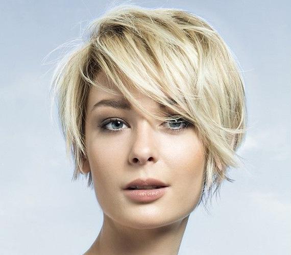 Ez a frizura egyszerre nőies és praktikus. A kócos hatás egyúttal nagyon játékossá, kacérrá is teszi.