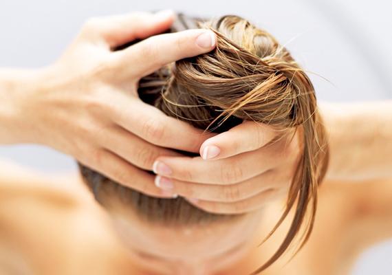 Hajmosás után alapos hajszárításAz idő már hűvösre fordult, így mostantól ügyelj arra, hogy akár reggel, akár este, akár otthon, akár az uszodában vagy, a hajtöveknél mindig alaposan szárítsd meg a hajadat. Ha ugyanis megfázik a fejbőröd, nemcsak korpásodni, de később hullani is fog a hajad.