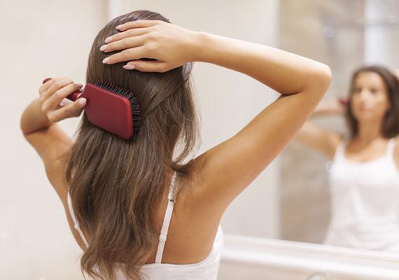 Alapos fésülés mindennap                         Hajadat hajkefével több irányba is fésüld át naponta, hogy további segítséget nyújts fejbőröd vérkeringésének serkentésére.