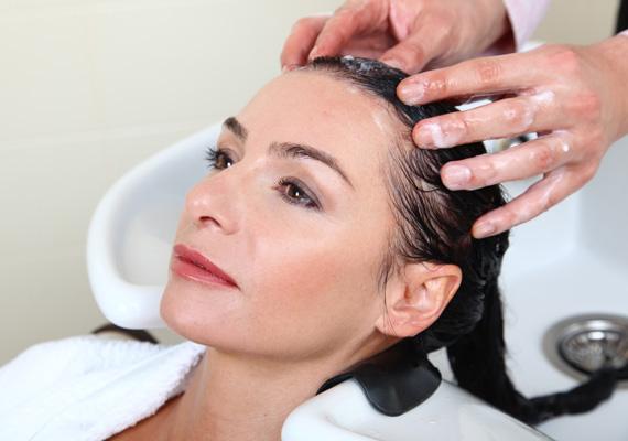 Masszírozd a fejbőröd!                         A fodrászod biztosan neked is masszázzsal zárja a hajmosást. Ez egyrészt nagyon pihentető érzés, ugyanakkor a hajhagymákra is nagyon jó hatással van, mivel serkenti a vérkeringést, ezáltal hatékonyabb tápanyag-felszívódást tesz lehetővé. Hajmosásnál, de akár minden este te is alkalmazd azokat a mozdulatokat, mint a fodrászod!