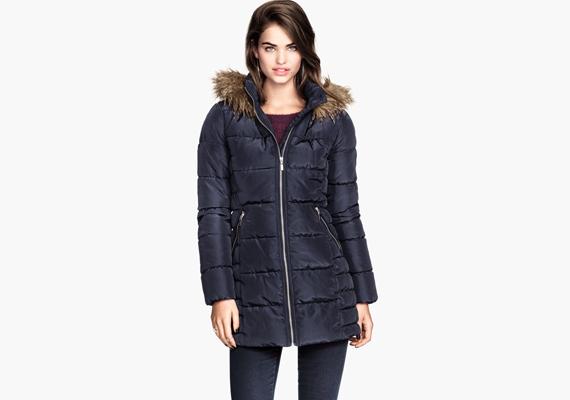 A sötétkék szín eleve karcsúsít, de az i-re a pontot a cipzár vízszintes vonala teszi fel, ami a felsőtestet hosszítja, ezáltal pedig vékonyabbnak mutatja. A H&M-ben megvásárolható kabát ára 12 990 forint.