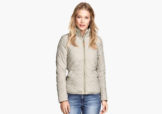 Érdemes olyan dzsekit választani, aminek a steppelése apróbb, mert ettől formásabbnak és nőiesnek tűnik az egész fazon. Ez a galambszürke kabát 9990 forintba kerül a H&M-ben.