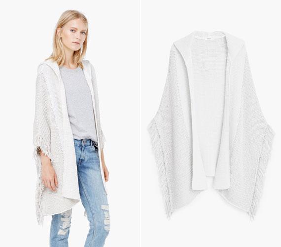 Sima fehér poncsó, rusztikus rojtokkal. Fiatalító szín! A Mangóban 7995 forint, online is megvehető.
