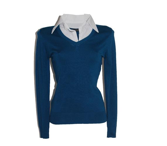 Ha a reggel még hűvös, vedd fel ezt a vászongalléros pulóvert, ami tökéletes az irodába. Ha estére szeretnél átvedleni, akkor vegyél alá egy szexi pólót. A pulóver 2700 forintba kerül.