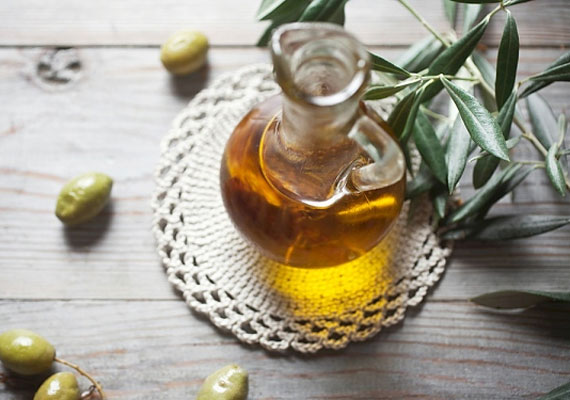 A legtöbb háztartásban már van egy üveg szűz olívaolaj, a kicsípett, kiszáradt bőrt hamar rendbe hozza, pakolásokba is bátran keverhető.