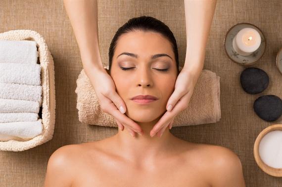 Kezdd a masszázst a tenyereddel és az ujjbegyeiddel a fültőtől a kulcscsontod felé haladva a nyakadon. Haladj apró, körkörös mozdulatokkal, és nagyjából egy perc alatt érj el a mellkasodig. Ezzel csökkentheted a tokát és nyaki bőr megereszkedését.