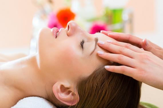 A homlokod masszírozása során is ugyanazokat az ujjaidat és a körkörös technikát használd a szemöldöködtől az arcod széle felé haladva. Figyelj rá, hogy ne húzd a bőröd, hiszen ezzel megnyújtod, elmélyíted a ráncokat. Ha használsz éjszakai krémet vagy olajos ápolót az arcodon, azt is érdemes a masszírozással bevinni, amíg felszívódik!