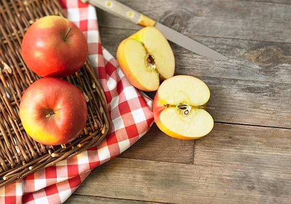 Az alma a szépség és az egészség gyümölcse. Az elhalt hámsejteket remekül lehámlasztja a bőrről, hála kicsit savas levének, így a fáradt rétegek alól előbukkanhat a friss bőr. Lereszelve magában is tökéletes hámlasztó pakolás.