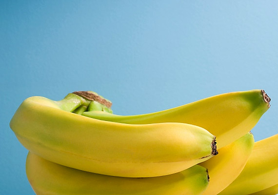 A banán káliumtartalmából adódóan szabályozza a bőr vízháztartását, táplálja a bőrt, így kisimítja a redőket. Tejszínnel vagy joghurttal keverd össze, és úgy használd pakolásként.