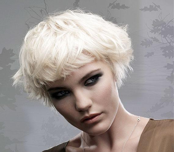 Ez a borzas, bohém frizura is rétegelt, igaz. ez nem látszik a kuszaságban.