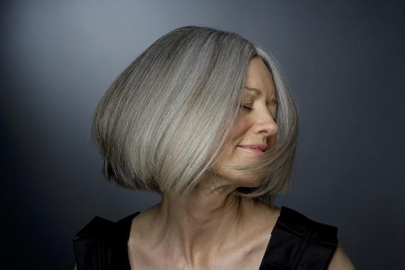 A félhosszú, egyenes, befelé szárított frizurák lágy keretet és nagyon szép sziluettet adnak az arcnak. Ezt a fazon könnyen feldobhatod némi aszimmetriával, ha a füled mögé tűröd a hajat, így a nyakadat és a dekoltázsodat is hangsúlyozhatod. Ahogy a képen látható, az ősz haj sem probléma. A hamvasított ősz tincsek ugyanolyan szépek, mint a barnák vagy a szőkék, így egyáltalán nem kell festék alatt rejtegetni őket.