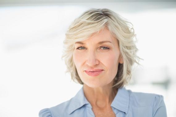 A hullámos bob egy hosszabb változatával - ahol a tincsek az állad alá érnek - még kellemesebb, lágyabb hatást érhetsz el. Az előző fazon egy frissebb kiadása. A látszólag szanaszét felejtett, könnyed fürtök és a frufru segítenek, hogy teltebbnek, dúsabbnak tűnjön a hajad a tövektől kezdve, míg a félrefésült fazon szemeid szépségére irányítja a figyelmet.