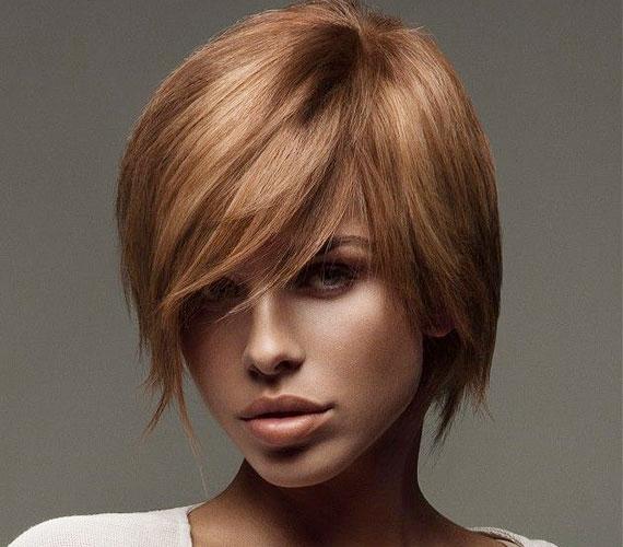 Ha egyenes a hajad, ezt a frizurát egy körkefével is könnyen beszáríthatod.