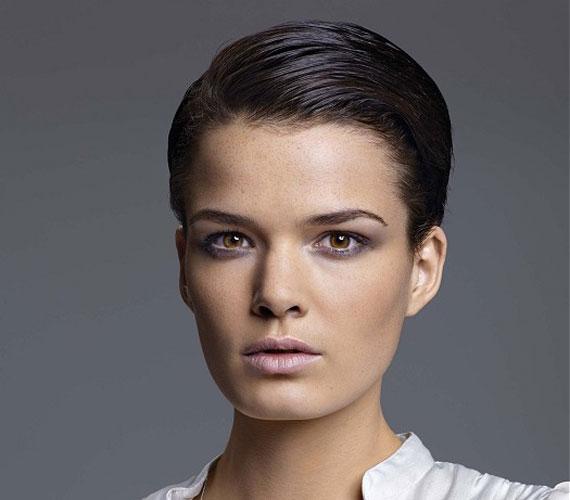 Nincs divatban a hátranyalt haj, éppen ezért különleges, és vonja magára a figyelmet.