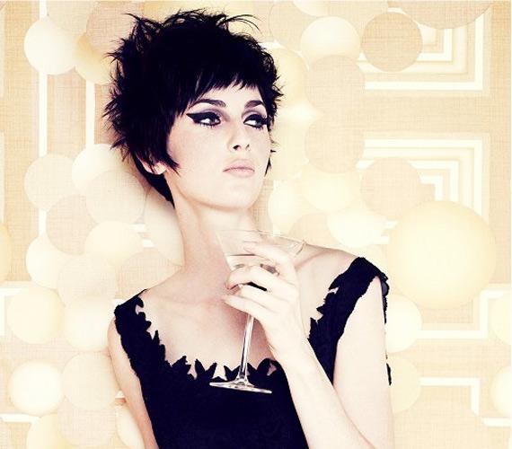 Fekete kócos haj, nagyon praktikus, nem kell beszárítani, sőt, hagyhatod magától megszáradni, csak zselé kell ahhoz, hogy megálljon.