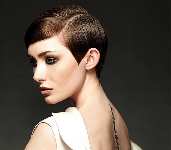Visszafogott rövid frizura, melyet a hatvanas évek ihlettek.