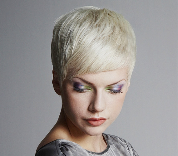 Ez a kissé maszkulin frizura nem mindennapi színének köszönhetően kel életre. Ha bevállalós vagy, jégszőkére festve ajánjuk a viselését.
