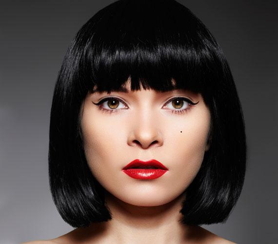 A Kleopátra-frizura a szögletes arcon segít, de ha szívesen kiemeled az arcod kerekdedségét, akkor is jó ötlet.
