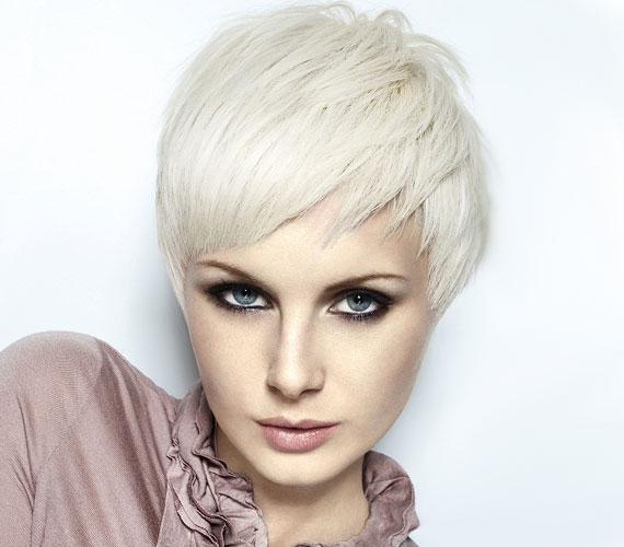 Ha hosszúkás az arcod, akkor a rövid hajhoz vágass lekerekített frufrut, hogy ellensúlyozza a hosszanti vonalakat.