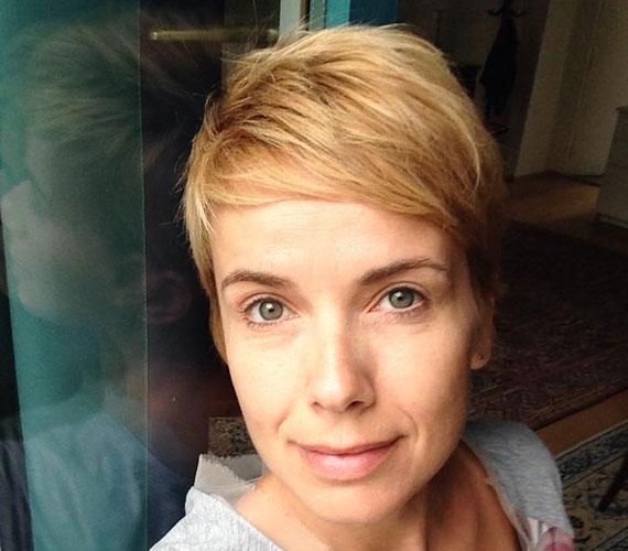 D. Tóth Krisztára már nem is emlékszünk hosszú hajjal. A írónő minden nap posztol magáról a Facebookra egy smink és filter nlküli fotót, így a frizurája is jól követhető.