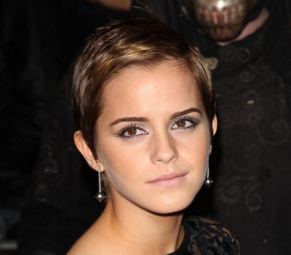 Emma Watson frizuraváltása nagy visszhangot keltett annak idején. A színésznő azóta is röviden hordja a haját. Frizurájáról azt mondta, igazi megváltás volt megszabadulni Hermione loknijaitól.