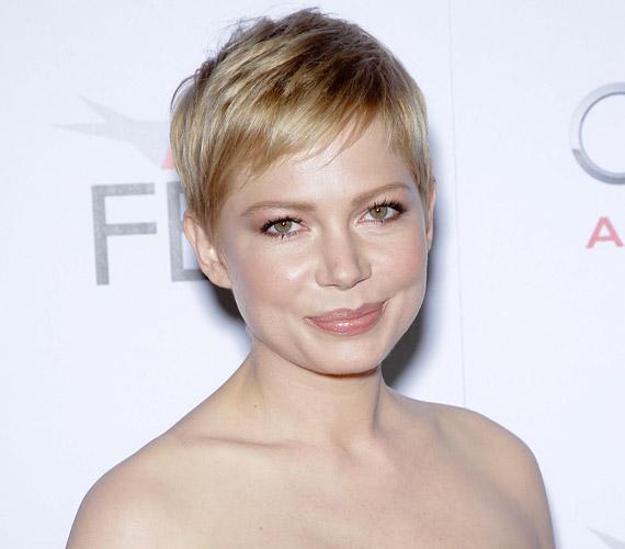 Michelle Williams hatvanas éveket idéző frizurája nagyon nőies, egyáltalán nem teszi fiússá a vonásait.