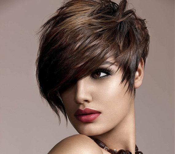 A punkos, féloldalt extra rövid haj nagyon vagány, a hosszabban hagyott tincsek pedig nőiessé teszik.