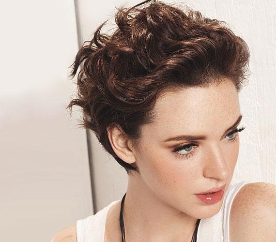A nyolcvanas éveket idézi ez a hátrafésült frizura, amit könnyen még nőiesebbé tehetsz egy hajpánttal.