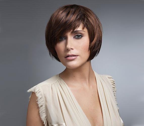 Egyszerű rövid frizura, ami nem extrém, körkefével vagy hajvasalóval alakíthatod ki a formát otthon, de sokaknak valószínűleg magától is beáll.