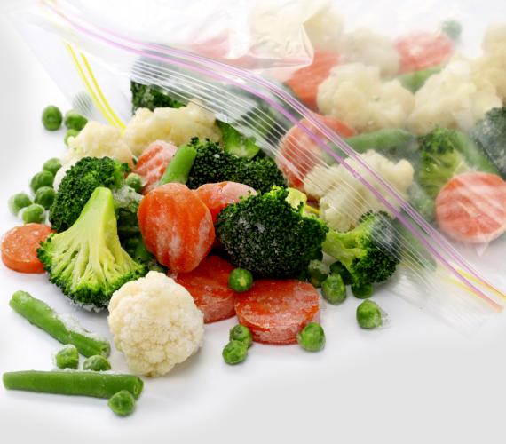 Kellemetlen szagú a farmered? Mintha csak fagyasztott zöldségről lenne szó, egy éjszaka erejéig tárold a mélyhűtőben!