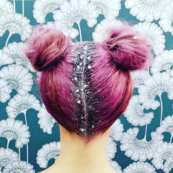 A színes haj hatalmas kedvenc a fiatalok körében, akik lelkesen osztogatják a sellőhajnak becézett, pasztellszínekben pompázó frizuracsodákat. A bátrabbak még csillámokkal is fokozzák a hatást, melyek a hajválasztéktól a szemöldökig sok helyre kerülhetnek, ám a hétköznapokban aligha lehet praktikus, ha valakinek a hajából egész nap hullik a szikrázó eső.
