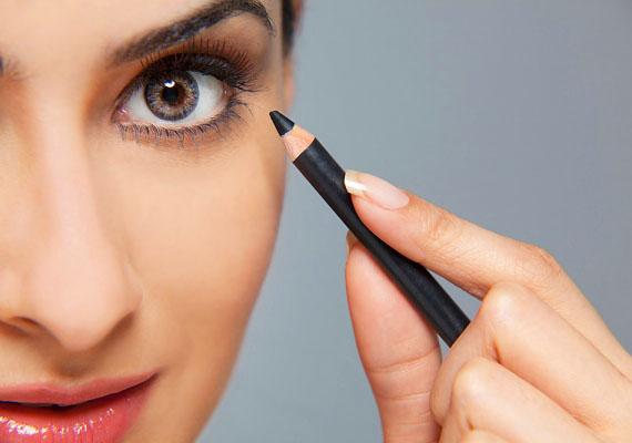 A szem kihúzásaA szemceruza nem rossz dolog, de tudni kell használni. Ha alul erősen kontúrozod a szemed, az öregít. Ha mindenképp szeretnél fekete kihúzást, csináld a szemed közepétől kifelé haladó vonalban.