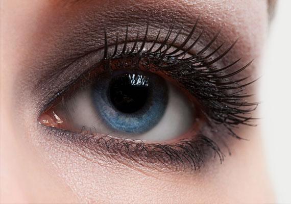 Szürke szemfesték                         Bármennyire is kipihent vagy, a matt, szürke szemhéjpúder fáradtnak, öregebbnek mutatja a tekinteted. Nemcsak a szín, a festés módja is sokat számít. Vigyázz, hogy a szemed alatt ne mosódjon el a festék túl széles sávban, mert ettől is öregebbnek tűnsz.