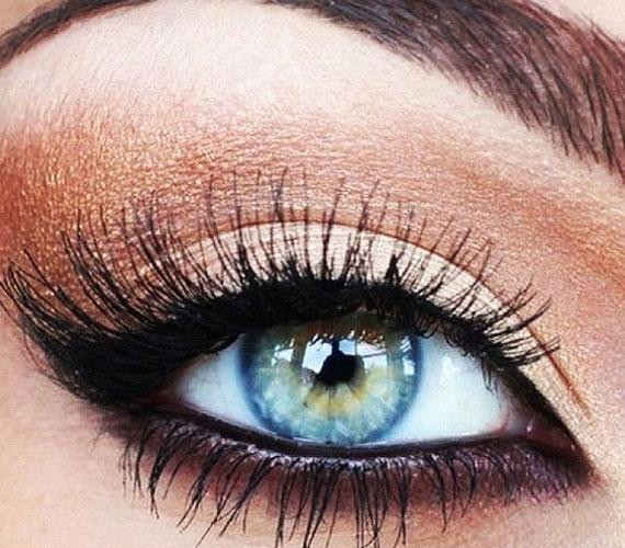 Klasszikus választás a bronzos, barnás szemsmink, ami a kontraszt miatt nagyon szépen kiemeli a kék szemeket.