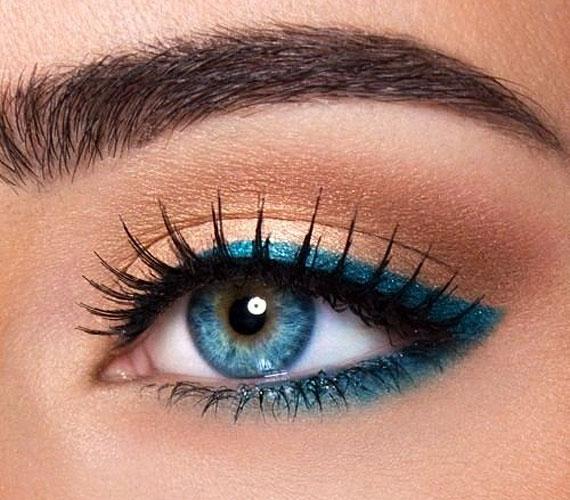 A kék szemeket nyugodtan lehet kékkel is hangsúlyozni, de ha sötét a hajad, akkor figyelj arra, hogy ne legyen túl világos a szemfesték, mert az nem harmonikus.