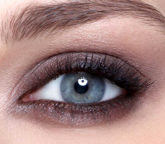 A barna sötétebb árnyalatai is jól működnek, de ezt csak annak érdemes használni, akinek nem szokott karikás lenni a szeme.