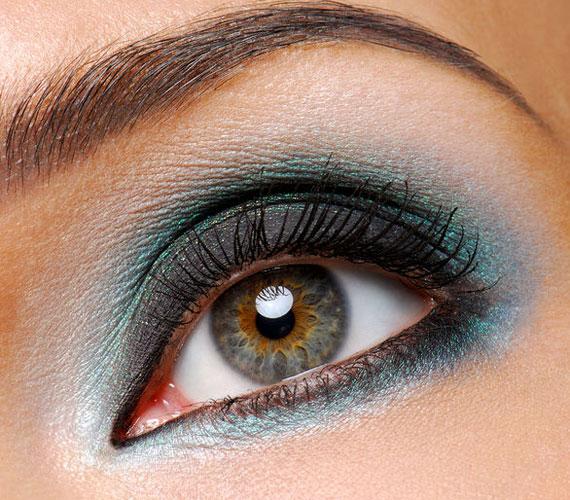 A szemek sokszor nem egyszínűek, elképzelhető belőle akár kékesbarna változat is. Ilyenkor akár feketével is lehet hangsúlyozni a szemeket.
