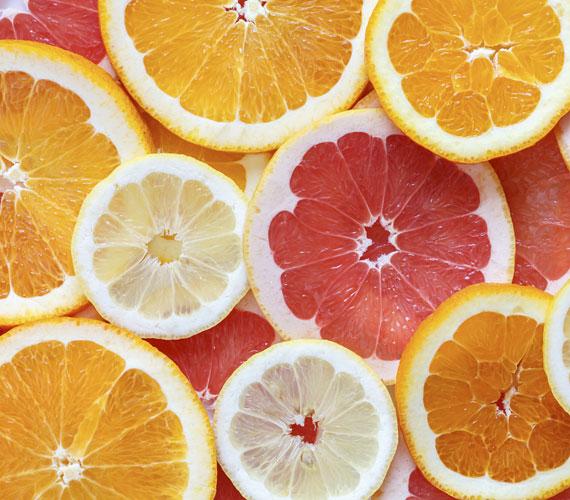 A citrusos illatok és ízek felpörgetnek a nap elején. Üzemelj be egy illatlámpát, és használj grépfrút-, citrom- vagy narancsolajat. Egy narancsos saláta talán rendhagyónak tűnik reggelre, de finom és egészséges.