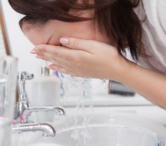 Ha szeretnéd felébreszteni az arcod, akkor jéghideg vízzel mosd meg. Ez élénkíti a vérkeringést, leviszi az ödémát, és téged is felfrissít.