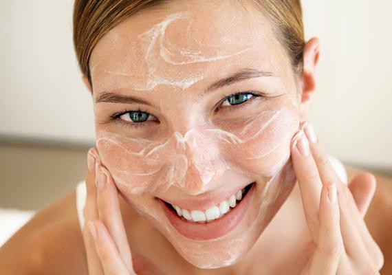 Időnként ajánlott radírozni is a bőrödet, ha száraz, akkor havonta, ha pedig zsíros, akkor kéthetente. Ezzel eltüntheted a felszínéről az elhalt hámsejteket, így egészségesebb, frissebb hatást fog kelteni.