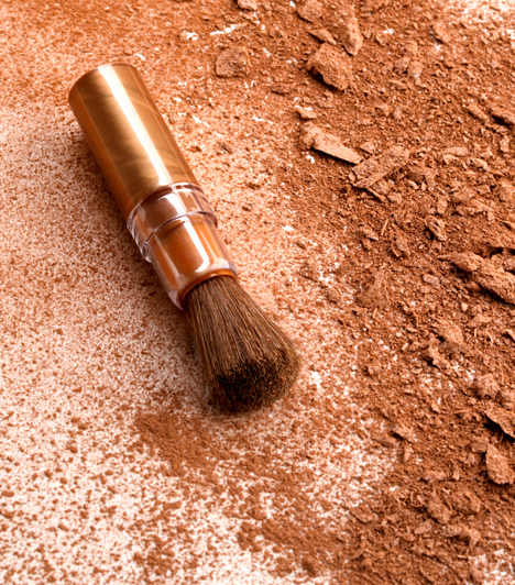 Bronzosító  Sajnos a csillámos bronzosítók nem tesznek mindenkinek jó szolgálatot. A terrakotta árnyalatok öregítő hatásúak. Bronzosítót kizárólag barna, napsütötte bőrön szabad alkalmazni, és akkor is csak mértékkel. Helyette válassz inkább frissítő pirosítót.