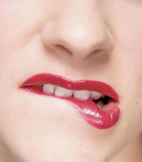 Rúzs a fogon  Ha kedveled az erős színű rúzsokat, mindig ügyelj arra, hogy a fogaidra ne ragadjon rá, és azok makulátlanok legyenek. Érdemes időről időre zsebtükörben ellenőrizni, hogy a rúzs csak a szádon van-e.