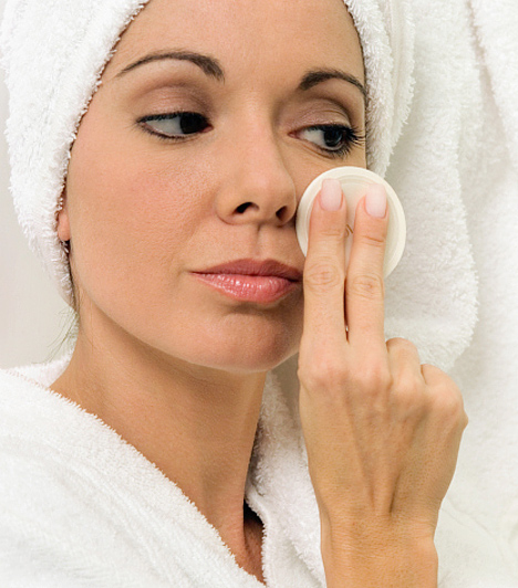 Vastag alapozás és púder  Nem biztos, hogy nappalra púderre és alapozóra is szükség van. Ha zsíros a bőröd, elég lehet a púder, száraz bőr esetén pedig az alapozó. A vastag festék megül a ráncokban, és természetellenes.