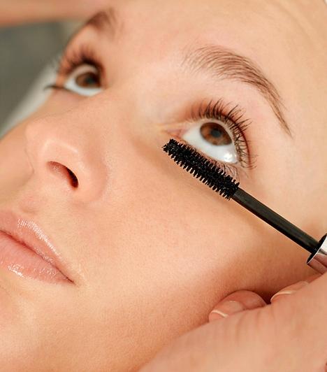 Alsó pillafestés  Ha hajlamos vagy a karikásodásra, akkor inkább ne fesd ki az alsó pillasort, mert a lepergő szempillafesték befeketítheti a szem alját, az erős pillák pedig árnyékot vetnek a szem alatti területre.