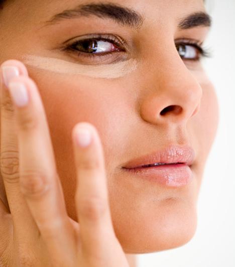 Túl világos korrektor  Általában világosabb hibajavítót javasolnak az alapozó színénél, de ne ess abba a hibába, hogy a szemed alá túl világos festéket kensz fel, mert így nemhogy nem tünteted el a karikákat, de felhívod rájuk a figyelmet. Arra is ügyelj, hogy ne gyűljön meg a szarkalábakban a korrektor.