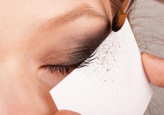 A leszóródó szemhéjpúder könnyen tönkreteheti a már kész sminket, ezért célszerű a szemed alá egy kisebb papírt tartani, hogy felfogja a festéket.