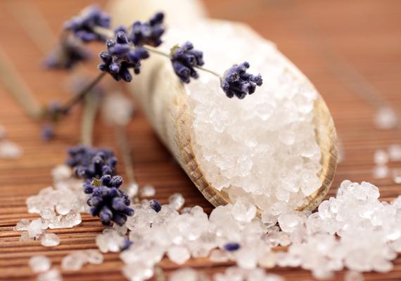 Gyulladásgátló és fertőtlenítő hatásA só, főként a tengeri só gyulladásgátló és fertőtlenítő hatású, illetve összehúzza a bőrpórusokat. Ezzel segít például a bőr nedvességtartalmának megőrzésében és a kötőszövetek erősítésében is. Sebek és szájherpesz esetén megállítja a vérzést, gennyesedést, jódtartalmának köszönhetően kitisztítja a sebet, gyulladások esetén pedig segít a test fertőtlenítésében. Ezért használják például a felfázáskor fürdővízbe téve vagy torokfájáskor gargalizálásra. Előbbihez egy kád vízben keverj el egy kilogramm tengeri vagy sima konyhasót, utóbbihoz pedig egy csésze forró vízbe tegyél fél csészényi sót.