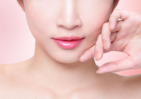 A keskeny ajkakat nem érdemes kontúrozni, a finom cukorkaszínek egy picit javítanak rajta.