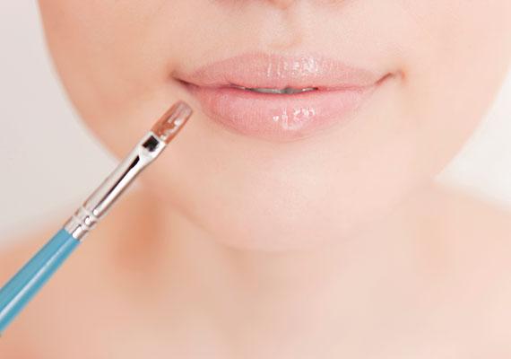 A világos szájfény igazi jolly joker, a keskeny ajkakat is teltebbnek mutatja, csupán arra kell ügyelni, hogy természetes színe legyen, ne pedig babarózsaszín.