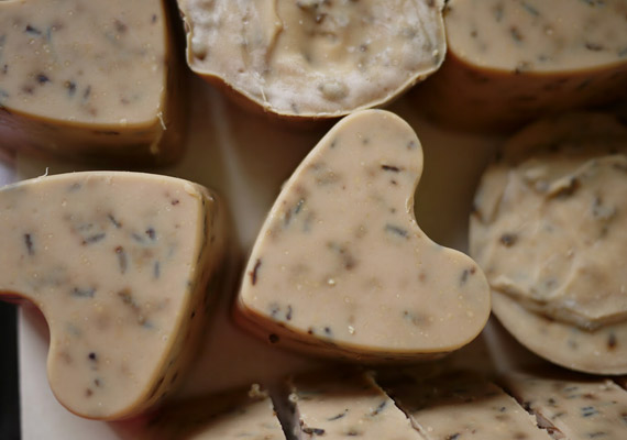 Természetes olajokkal és levendulával készült szappan, szív formában. Liazel blogján olvashatod a magyar nyelvű receptet.